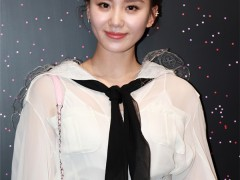 刘诗诗身穿白色衬衫搭配黑色领带 仙气十足