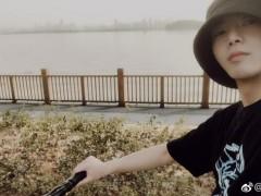 华晨宇骑单车晒自拍 面带微笑五官清秀帅气